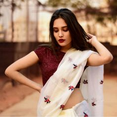 This outfit is amazing! White cotton saree - blouse Sari Click above VISIT link for more details Indian Attire, Indian Ethnic Wear, Indian Outfits, Ethnic Outfits, Indian Dresses, Trendy Sarees, Stylish Sarees, Saris Indios, Outfits