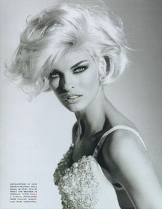 Linda Evangelista in Hollywood Dream for Vogue Italia, December 1991 Shot by Patrick Demarchelier Styled by Carlyne Cerf de Dudzeele Linda Evangelista, Christy Turlington, Short Wavy Hair, Short Hair Styles, Short Blonde, Beautiful People, Beautiful Women, Original Supermodels, Modelos Fashion