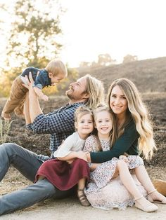 Natural light rustic outdoor family photos by Elate Family Layer Cakelet) - Familie 5 Personen - Outdoor Family Photos, Fall Family Pictures, Family Picture Poses, Family Photo Sessions, Family Posing, Family Pics, Rustic Family Photos, Family Of 5, Family Photo Shoots