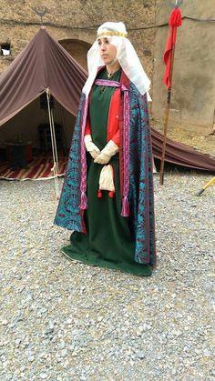 Verheiratete Adelige, rotes Kleid, grünes Höllenfensterkleid darüber, Umhang aus Brokat, Schapel und Schleier mit Gebende
