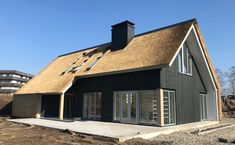 Strakke schuurwoning met riet, asymetrische kapvorm, zwart houten buitenblad. Knock On Wood, Barns Sheds, Thatched Roof, Shed Homes, Interior Architecture, Bungalow, Tiny House, Cottage, Exterior