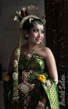 Javanese bride - http://www.prayingforindonesia.com/ethnic-groups/the-people-of-java/who-are-the-jawa-pesisir-lor/