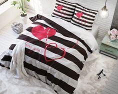 """Breng liefde en romantiek in je slaapkamer met dit Sleeptime I Love You Black-dekbedovertrek. Je slaapkamer krijgt dankzij dit prachtige overtrek een stijlvolle, maar tegelijk ook romantische uitstraling. Het overtrek heeft een print van drie roze hartjes, elk anders getekend met de tekst """"I Love You"""" eronder. De ondergrond van het overtrek is gestreept. Het dekbedovertrek wordt geleverd met bijpassende kussenslopen die ook voorzien zijn van deze leuke print. Je wordt heerlijk uitgerust…"""