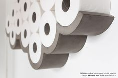CLOUD  Des toilettes au grand air !  Apporter poésie, humour et singularité à ces espaces qui en sont, le plus souvent, dépourvus.  Cette étagère design, aux lignes courbes, graphiques et épurées, associée aux rouleaux de papier toilette, délibérément affirmés et non plus dissimulés, prend peu à peu la forme d'un nuage évoquant ainsi « le grand air » avec légèreté. lise@lyon-beton.fr #beton