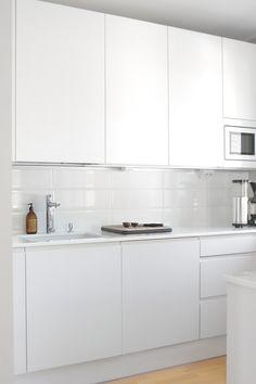 All white kitchen. Small Kitchen Cabinet Design, Small Kitchen Cabinets, Kitchen Room Design, Diy Kitchen Decor, Modern Kitchen Design, Interior Design Kitchen, Kitchen Ideas, White Kitchen Inspiration, Minimalist Kitchen