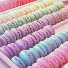 Macarons... wir lieben die vielen verschiedenen Farben // Macaroons...love the different colors of this #Bahlsen #LifeIsSweet