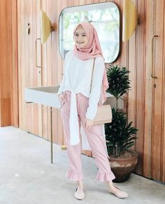 Pastel purple hijab is best street fashion hijab that can appeal your fall or winter fashion look. pastel purple head and neck wrapped hijab make appealing Modern Hijab Fashion, Hijab Fashion Inspiration, Muslim Fashion, Modest Fashion, Fashion Outfits, Hijab Teen, Girl Hijab, Casual Hijab Outfit, Hijab Chic