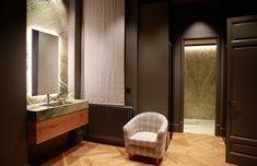 Deslocalizar el lavabo del cuarto de baño, nos da la oportunidad de conseguir estancias de transición. Aquí la piedra da continuidad e integra perfectamente un baño de lujo en suite, sin ataduras. Irish Green Marble | Lavabo en suite | Lavabo de piedra | Baño de piedra | Mármol verde