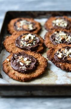 Almond cookies with vegan chocolate frosting - A tasty love story