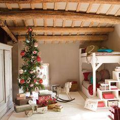 ¿Un árbol de Navidad en el dormitorio de los peques? ¿Por qué no? Si cabe, ¡adelante! Ahí es donde más rodeado de ilusión estará día y noche  #elmueble #Navidad #Christmas #habitacioninfantil #kidsroom #infantil #magia #decoracion #decoration #detalles #DIY #handmade #arbol #christmastree #NavidadElMueble