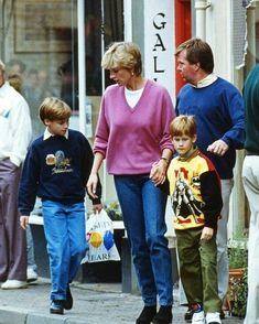 Prince Harry, Lady Di and Prince William went shopping in WHSmith Bookstore in Wokingham. Princess Diana Family, Royal Princess, Princess Of Wales, Princess Charlotte, Lady Diana Spencer, Diana Son, Prince William And Harry, Prince Harry And Meghan, Prince Charles