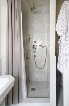 muted tones in the shower -- I like this tile combination--big squares on the floor, smaller (but not tiny) squares on the wall Rental Bathroom, Master Bathroom, Bathroom Ideas, Washroom, Best Interior, Interior And Exterior, Dream Bathrooms, Small Bathrooms, Shower Storage