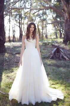 Romantic lace, A-line dress by Karen Willis Holmes. Love the bodice of this dress!