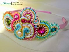 Headband by Aurus, her creation is the most incredible soutache work Hand Embroidery Flowers, Beaded Embroidery, Diy Headband, Headbands, Soutache Jewelry, Beaded Jewelry, Soutache Tutorial, Fabric Origami, Beading Projects