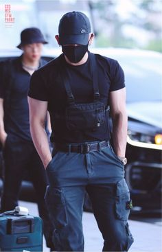 Did you see MONSTA X's Wonho at the airport yesterday? Cute Asian Guys, Asian Boys, Asian Men, Cute Guys, Korean Boys Hot, Korean Men, Monsta X Wonho, Bad Boy Aesthetic, Kpop Guys