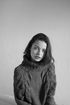Gaby Pujol Sweater Photo: Berta Pfirsich Styling & Production : Marianne Krauss Make up: Sara Navarro Model: Rebecca Breymas from View Management.