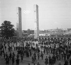 Haupteingang des Olympiastadions. Im Hintergrund der Wasserturm im Charlottenburger Westend. Berlin, 1936. o.p.