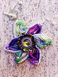 Flower Shibori ribbon by Jessica Massari Design https://www.etsy.com/it/listing/193426328/tutorial-shibori-silk-flower-pendant?ref=shop_home_feat_4