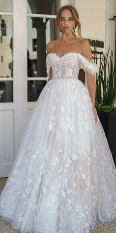 42 Off The Shoulder Wedding Dresses To See ❤ off the shoulder wedding dresses strapless neckline floral galitrobinik Strapless Lace Wedding Dress, Tea Length Wedding Dress, Black Wedding Dresses, Gorgeous Wedding Dress, Princess Wedding Dresses, Bridal Dresses, Ball Dresses, Ball Gowns, Minimal Wedding Dress