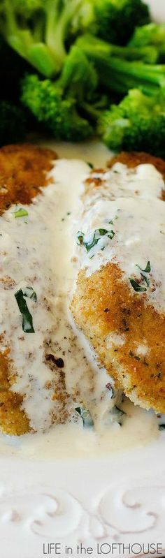 Chicken in Basil Cream Sauce - YUMMY! I would garnish with some fresh tomatoes as well Meat Recipes, Chicken Recipes, Dinner Recipes, Cooking Recipes, Healthy Recipes, Dinner Ideas, I Love Food, Good Food, Yummy Food
