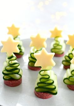 3x heerlijke kersthapjes met komkommer - Christmaholic.nl Holiday Snacks, Christmas Party Food, Xmas Food, Christmas Appetizers, Party Snacks, Christmas Baking, Holiday Recipes, Cute Food, Yummy Food