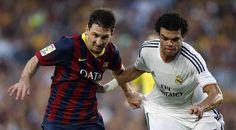 GRA330. BARCELONA, 26/10/2013.- El delantero argentino del F.C. Barcelona Lionel Messi (i) lucha la posición con el defensa portugués del Re...