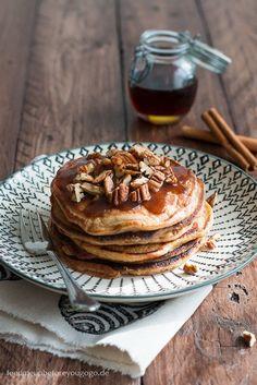 Kürbis-Pancakes mit Zimtbutter und Pecannüssen // Feed me up before you go-go