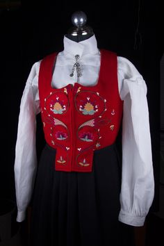 Costume Department - sales of reconstructed costumes from Romsdal - Romsdalsmuseet - a regional museum for Aukra, Fræna, Molde, Midsund, Nesset, Rauma, Sandøy and Vestnes