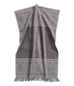 ¡Echa un vistazo! Toalla en algodón rizado con estampado en tejido jacquard. Colgador en un extremo y flecos en la parte inferior. – Visita hm.com para ver más.
