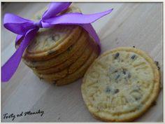 Skúsila som levandulovésušienky zo špaldovej múky. Výborná mňamka k teplému čajíku na zahriatie počas týchto studených dní :-)RECEPT (http://sweetcinnamondays.blogspot.sk/2013/12/levandulove-susienky_27.html ) Levanduľové sušienky, Inšpirácie na originálne torty Zákusky