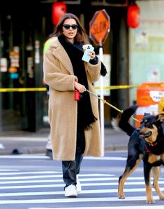 Emily Ratajkowski Street Style in a White Leather Lace-Up Sneakers Walking Her Dog Colombo in the Tribeca, Autumn Winter Emily Ratajkowski Dog, Emily Ratajkowski Street Style, Emily Ratajkowski Outfits, Emrata Instagram, Madison Beer Outfits, Star Clothing, Sneakers Street Style, Autumn Street Style, Celebrity Style