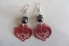 Earrings made of red lace and pearls. http://www.minka.fi/korvakorut-pitsikorvakorut-c-36_39.html