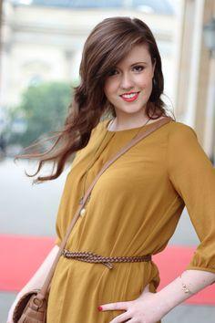 Senfgelbes Kleid - perfekt für den Herbst. Justmyself  #dress #senfgelb #yellow #kleid #kleidimherbst #herbst #brunette #longhair #redlips #smile #happygirl #fashion #autumn #brownhair #mode #streetstyle #blogger #fashionblogger