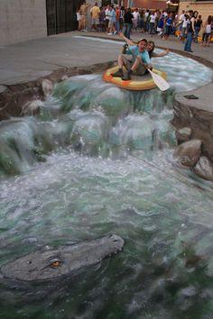 Julian Beever se ha ganado el reconocimiento mundial por sus dibujos sobre el pavimento que tienen un efecto 3D.