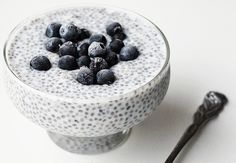 Tokie pusryčiai – vieni madingiausių pastaruoju metu. Jie ilgam pasotina, nes yra maistingi. Taip pat jie naudingi lieknėjantiems – ispaninio šalavijo sėklos vertinamos ir dėl riebalus tirpdančių savybių. Ne mažiau svarbu ir tai, kad tokie pusryčiai – tikrai skanūs. Tad išbandykite!