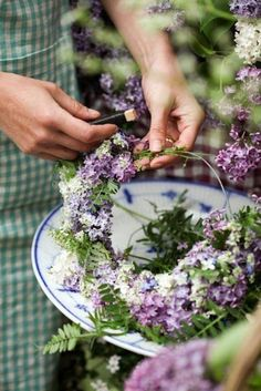 Must make in spring when the lilacs bloom in abundance Love Flowers, My Flower, Flower Crown, Beautiful Flowers, Flower Diy, Deco Floral, Arte Floral, Vibeke Design, Summer Wreath