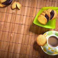 Μπισκότα με σιμιγδάλι / Biscuits with semolina. Φανταστικά μπισκότα με σιμιγδάλι, κατάλληλα να συνοδεύσουν τον πρωινό σας καφέ! #greekfood #greekfoodrecipes #greekrecipes #cookies #greek #biscuits #semolina #συνταγές #μπισκοτα #γλυκά Biscuit Cookies, Biscuits, Sweets, Candy, Recipes, Crack Crackers, Cookies, Goodies