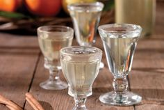 Λικέρ κίτρινων φρούτων Greek Wedding Traditions, Flute, Champagne, Tableware, Recipes, Cakes, Drink, Food, Dinnerware