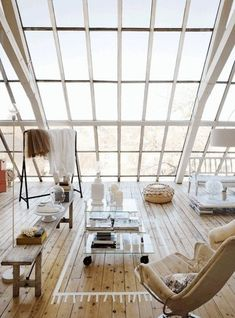 joli salon avec sol en parquet clait et verrier de toit