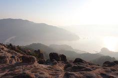 【おすすめ観光地:江田島03/陀峯山】  地元の人から「朝日を眺めるには最高のスポットなんよ~」とお墨付きなのが、大柿町内で最も高い陀峯山。標高438メートルの頂上にある展望台からは、ほぼ360度見渡せる大パノラマが広がっています。晴れた日には四国の山々や周防大島などが見渡せ、その景色はまさに「瀬戸内海らしい」眺めといえます。また、大君方面から山頂までの道中にある「天狗岩」や「羅漢石」など、自然が作り出したダイナミックな景観も必見です。羅漢石は、平家伝説の残る王泊湾の左上山中の平岩が、海に向かって平家一族に慰霊の祈りを捧げているように見えることから、いつしかそう呼ばれるようになったそうです。《所在地》江田島市大柿町大原 https://maps.google.co.jp/maps?ll=34.152017,132.468413  #shimanowa2014 #Etajima