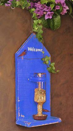 Comedouro para passaros azul com garrafa madeira reciclada pintado detalhe: decoupage com passaros medida 40cm X 20 cm X 10 cm R$ 130,00