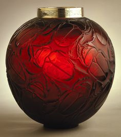 René Lalique (1860-1945). Vase Gros Scarabées. C. 1930. Glass, silver. Smithsonian Cooper-Hewitt, National Design Museum - New York - USA