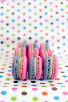 Strawberry-kiwi macarons