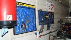 Ściana na której wiszą narzędzia do naprawy samochodów