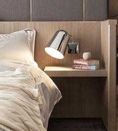 Los apliques direccionables se convierten en un recurso muy útil en el dormitorio. Al poder dirigir el foco de luz, nos ofrece gran flexibilidad para iluminar la lectura.