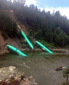 6. Juli 2014. Wie gestrandete Riesenfische sehen diese Flugzeugrümpfe aus, die im amerikanischen Bundesstaat Montana in den Clark-Fork-Fluss gerutscht sind. Insgesamt waren 19 Waggons eines Güterzuges entgleist, drei mit den Boeing 737-Rümpfen rutschten den Abhang hinunter.
