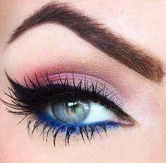 maquillaje de ojos difuminado de rosas y delineado azul