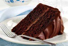 Gâteau triple chocolat / Coup de pouce 2009/Avec une pâte à gâteau contenant du cacao et du chocolat mi-amer, une garniture au chocolat crémeuse et une ganache qui enrobe le tout, on peut dire que ce gâteau fait le poids en choco! En plus la recette est vraiment facile!/Top 30 de nos recettes les plus populaires