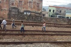 Pregopontocom Tudo: Passageiros de trem da SuperVia andam nos trilhos após problema perto de Engenho de Dentro....