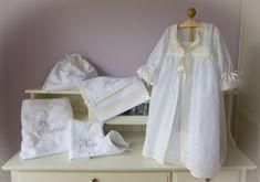 """"""" Un pequeño ajuar , para una pequeña mujercita http://lacomodadepilar.blogspot.com.es/2013/02/su-segundo-sacramento-el-pequeno-ajuar.html Juego de toallas con bordado en filtiré color lavanda, bolsa para las zapatillas en piqué roselló blanco con remates de batista bordada en beige, forro en batista de organza, bordado en filtiré lavanda,,neceser a juego,bordado filtire, conjunto de bata y camisón en muselina organdí 100% algodón bordada con ramillete blanco, remates en batista de organza…"""
